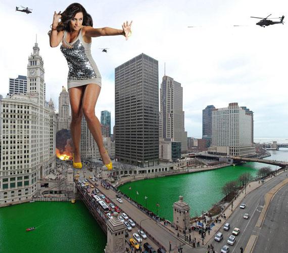 Ezen a képen három helikopterről is lövik a miniszoknyában hosszú combjait is megmutató Horváth Évát mint óriásnőt.