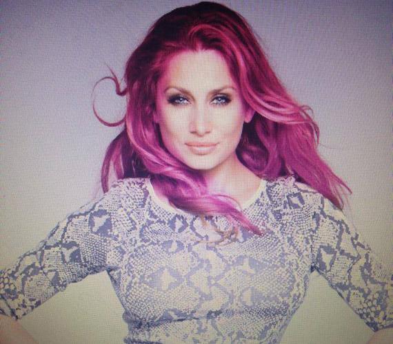 Horváth Éva lilás-vöröses hajjal - tegnap este töltötte fel a képet a Facebook-oldalára.