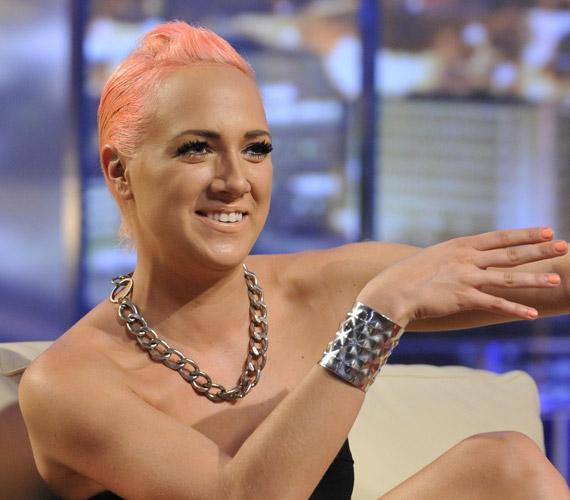 Ugyancsak 2012 nyarán Tóth Gabi is rózsaszín hajjal jelent meg a kamerák előtt, amikor a DTK Show című műsorban testvérével, Verával való viszonyáról mesélt D. Tóth Krisztának.
