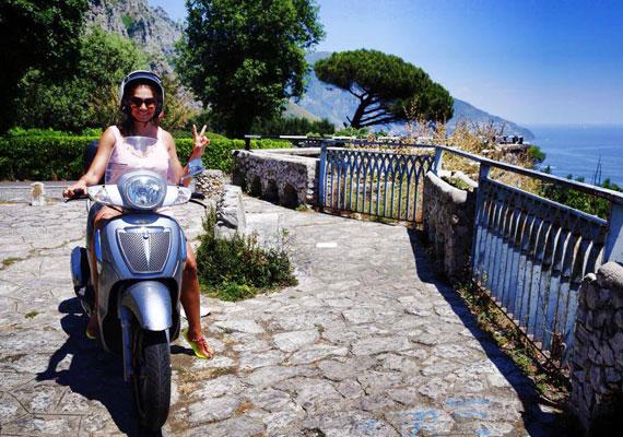 Az olasz életérzés jegyében kismotorral fedezi fel a környéket.