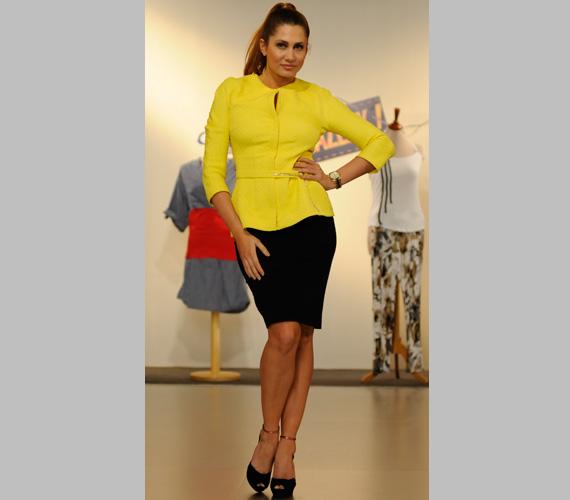 Az első ruhánál is élénkebb sárga blézerben - a kamerák előtt jól mutat, de szabadba csak nappal ajánlott felhúzni.