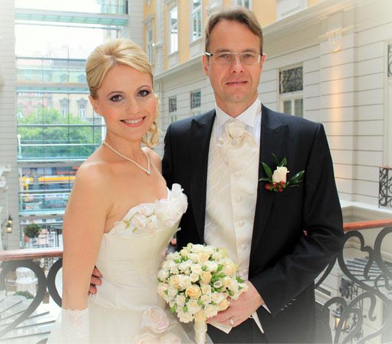 Bényi Ildikóról, a köztévé csinos műsorvezetőjéről csak július végén derült ki, hogy május 25-én ismét férjhez ment.