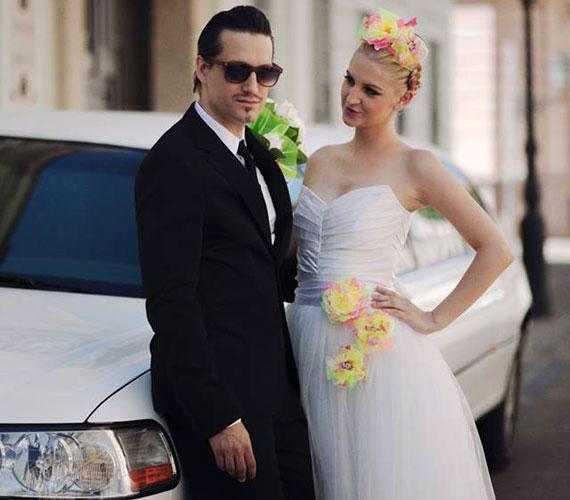Galambos Dorina augusztus 4-én hajnalban tette ki esküvői fotójukat Facebook-oldalára, és tudatta a rajongókkal, hogy egybekeltek Pély Barnával. Az énekes sztárpár tíz évvel ezelőtt, a Megasztár alatt ismerkedett meg egymással. Az esküvőt titokban, szűk körben tartották.