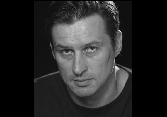A hétfő esti előadást, az Édentől keletre című színdarabot Zsoltnak ajánlották a kollégák, utána virrasztás kezdődött a színész emlékére.