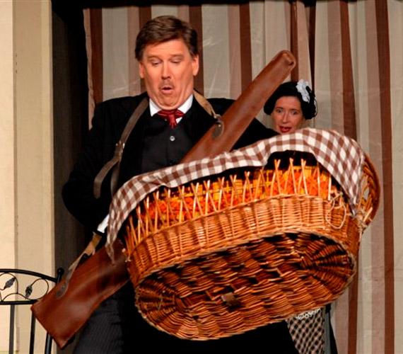 Színpadi szerepekben is láthatja a közönség, ezen a fotón épp Georges Feydeau Az úr vadászni jár című darabjában.