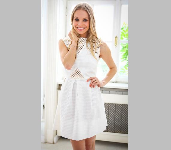 Vőlegényének, Dobrády Ákosnak leginkább elegáns, testhez simuló ruhákban tetszik, de a zenésznek bizonyára nincs kifogása egy olyan különleges darab ellen, mint ez a fehér ruha.