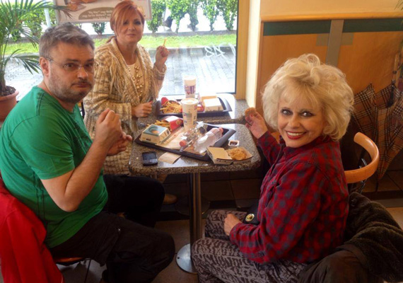 A képet készítő Csonka András azt írta, a Szombat Esti Láz zsűritagjai megéheztek, és betértek egy gyorsétterembe.