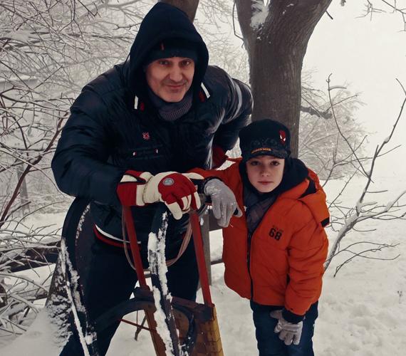 - Minden évben beizzítjuk a szánkót a családdal, a környékünkön szuper szánkópálya van, és a közeli tóra is kijárunk csúszkálni, ha kellően megvastagszik rajta a jég. Ennyit áldozunk a téli sportok oltárán, de alapvetően hó-ellenesek vagyunk - mesélte Abaházi Csaba.