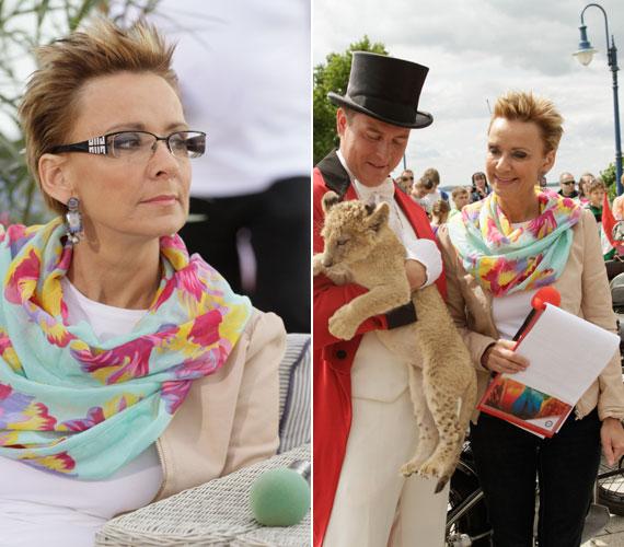 Néha úgy tűnik, mintha Jakupcsek Gabriella mikrofonjait is az öltözékéhez és a kiegészítőihez igazítanák.