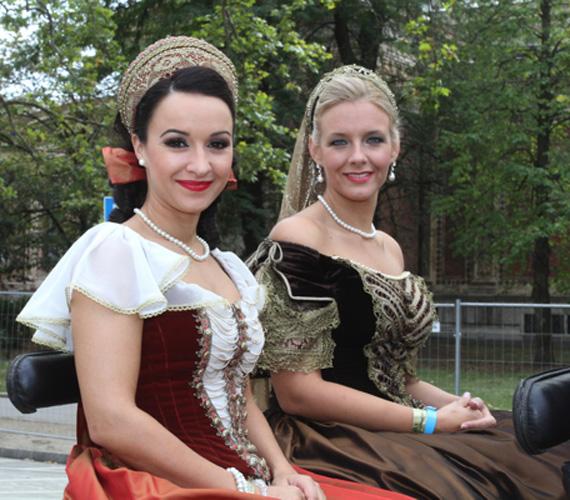 Dancs Annamari és Peller Anna csodálatos díszmagyarban ünnepelte a Nemzeti Vágtát.