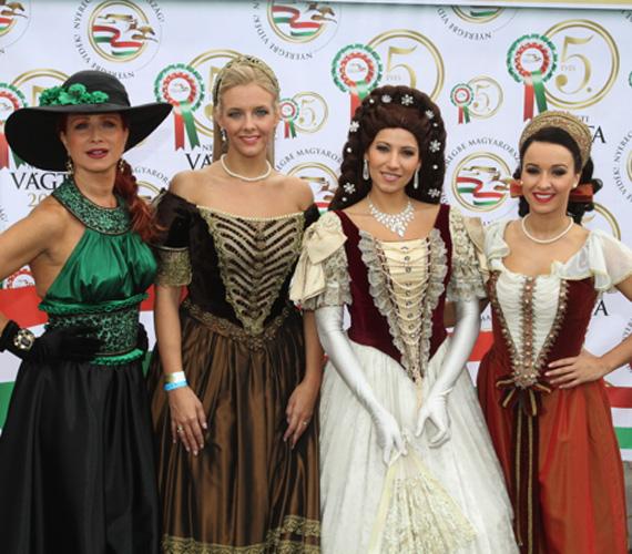 Détár Enikő mellett a Budapesti Operettszínház művésznői is korhű ruhát öltöttek, ám ők nem lóra, hanem kocsira ültek.