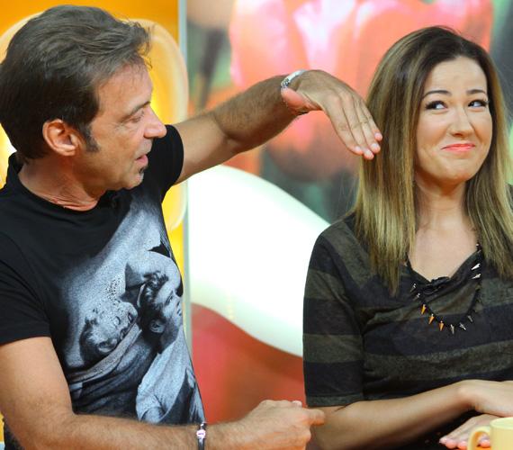 Hajas László mesterfodrász talán épp azt mutatja, hogyan nézne ki Janicsák Veca, ha még rövidebbre vágatná a haját.