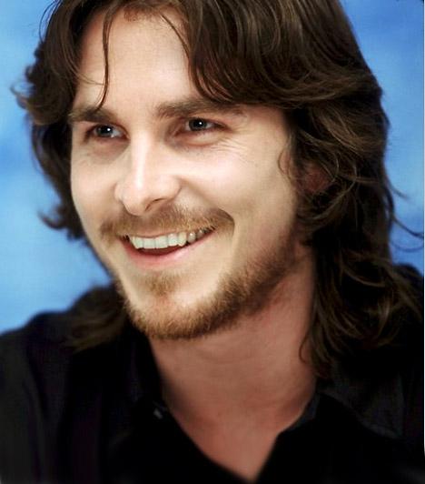 Christian Bale  A szexi színész igazi átváltozóművész: egy-egy szerepe kedvéért akár 30 kilót is képes fogyni, de ha kell, izompacsirtává gyúrja magát. 2010-ben megérdemelten kapta meg a Golden Globe-ot a The Fighterben nyújtott alakításáért. Christian Bale 1974. január 30-án született.  Kapcsolódó cikk: Ilyen volt, ilyen lett: Christian Bale »