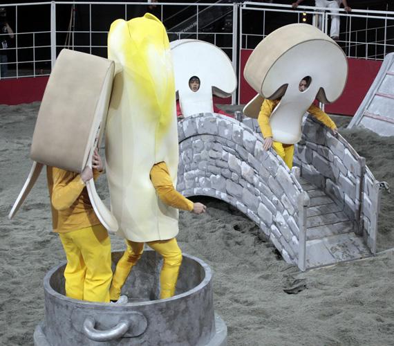 Sietnek a gombának öltözött versenyzők a fazékba. Harsányi Levente csak azt sajnálja, hogy nem próbálták ki a játékokat jelmezbe beöltözve úgy, mint ahogy azt a francia műsorvezető tette.