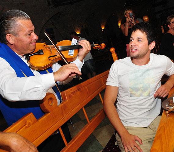 A felszabadult hétvégét a viszonylag új stábtagnak számító Gesztesi Máté is nagyon élvezte. A fiatal színész egy hamisítatlan lovagi vacsora után még dalra is fakadt kollégáival.