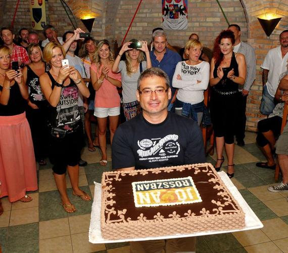 A stáb a sorozat producerét is felköszöntötte az esti bulin. Nagy Tamás születésnapi meglepetésként egy hatalmas Jóban Rosszbanos tortát kapott.