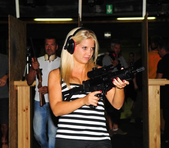 - Eleinte nagyon vártam, hogy végre kezembe vehessem a fegyvert - mondta a színésznő, aki azt sem tartja kizártnak, hogy hobbijai sorába a lövészet is bekerüljön.