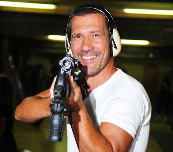 A sorozat katonaorvosa, Mihályfi Balázs a valóságban egyáltalán nem rajong a fegyverekért, ám a rosszfiúk csapatának győzelmét ez nem befolyásolta.