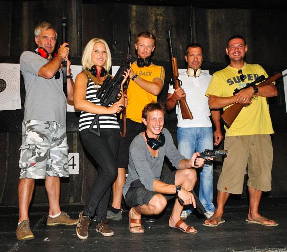 A sorozat sztárjai a vetélkedő után örömmel pózoltak egy csoportképen, kezükben a fegyverekkel.