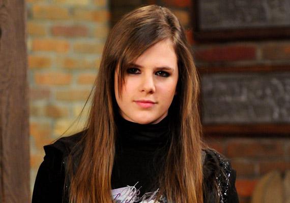 Andrea lánya, a Lovasi Mártit megformáló Rónai Lili is távozott a sorozatból, a történet szerint anyja halálát követően egy külföldi egyetemre ment tanulni. Kiírására nem sokkal azt követően derült fény, hogy a TV2 bejelentette, szerződést bontottak Nagy Tamás Grande producerrel.