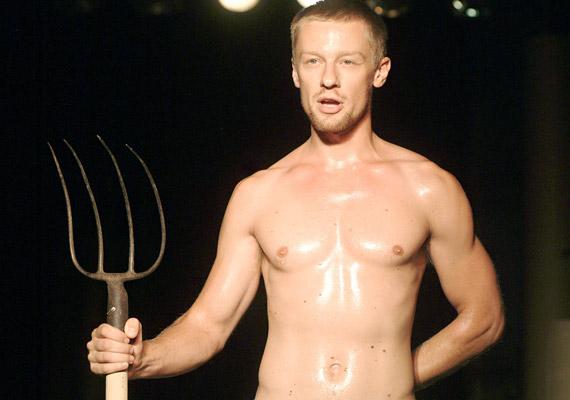 A Tamás atyát alakító Száraz Dénes egy színpadi szerep kedvéért mutatta meg izmos felsőtestét - felöltözve és levetkőzve egyaránt szexi.