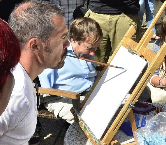- Sokkal nehezebb szájjal festeni, több odafigyelést igényel, és persze rengeteg gyakorlás kellene ahhoz, hogy komoly festmények születhessenek - mondta Mihályfi Balázs.