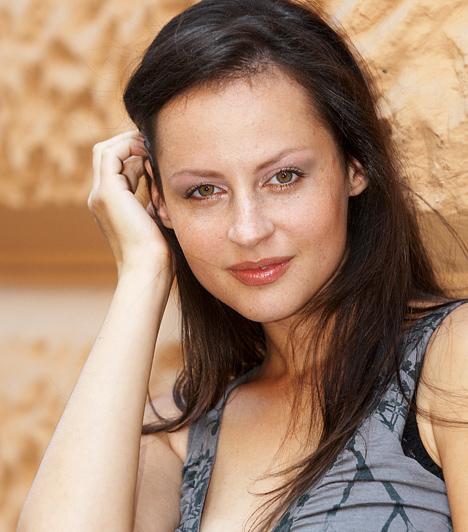 Vad Kati - Janovics IvettBár már nincs a sorozatban, Vad Kati Janovics Ivett szerepében mutathatta meg milliók előtt, hogy égérvényesen maga mögött hagyta felnőtt filmes múltját. A bájos sztár azóta már férjes asszony, és egy tündéri kislány, Málna anyukája.