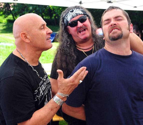 Pataki Attila ki mást alakíthatott volna, mint a rocker rosszfiút? A képen éppen Bandit fenyíti egy zenei fesztiválon.