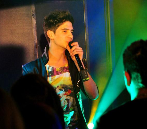 A Megasztárból ismert Szeleczki Dávid is énekelt a Jóban Rosszban egyik epizódjában.