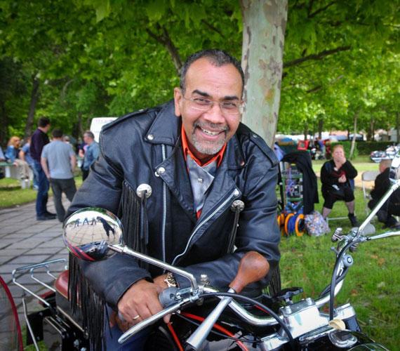 Bodolaiék ismét a Harley Fesztiválon buliznak, ahol egy indiai producert megtestesítve Joshi Bharat is feltűnik.