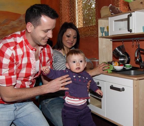 A kis Maja is nagyon jól érezte magát az aladdinos játszóházban, ahol szülei természetesen csatlakoztak hozzá, és jó hangulatú családi programmá vált az építés, főzés és bujkálás.