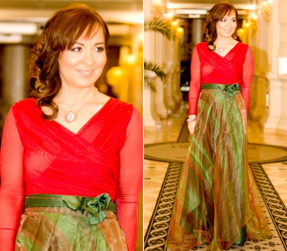 Szekeres Adrien énekesnő piros-zöld, színátmenetes alkalmi ruhája az est egyik különleges ruhadarabja volt, amit még egyedibbé tett a nyakéke.
