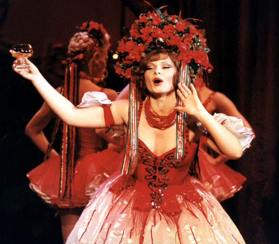 Az 53 éves Kalocsai Zsuzsa már hallgatóként is számos főszerepet játszott a Budapesti Operettszínházban, amely 1989-ben, a diploma megszerzése után azonnal szerződtette. Első szerepe Kálmán Imre Marica grófnő című operettjének címszerepe volt. Később a Csárdáskirálynő Szilviáját is eljátszotta.