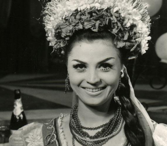 A 80 éves Medgyesi Mária 1966 óta a Fővárosi Operettszínház tagja, 1998 óta örökös tagja. Végigjátszotta az operett irodalom színes palettáját, volt Szilvia és Cecília is a Csárdáskirálynőben Később egyre inkább a tanításnak szentelte életét, beszédtechnikát oktatott az Operettszínház stúdiójában.
