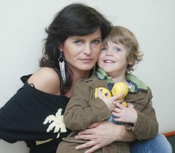 A kis Tormást édesanyja váratlan halála óta annak ikertestvére neveli, apukája pedig mindenben támogatja.
