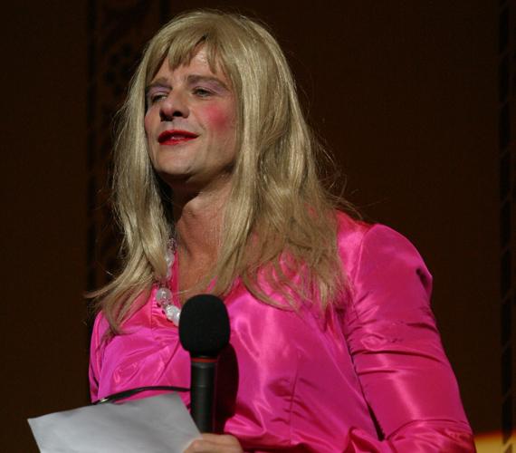 Kamarás Iván nagy derültséget keltett, amikor a Gigasztár műsorvezetőnőjeként feltűnt a színpadon.