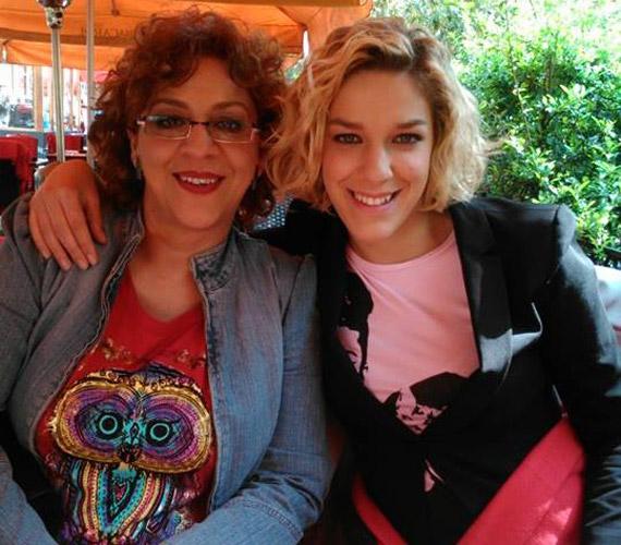 Danics Dóra, az X-Faktor 2013-as győztesének édesanyja Bach Szilvia színésznő, humorista, énekesnő.