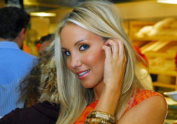 Kapócs Zsóka szerdán délután a Facebook-oldalán tette közzé, hogy elválik férjétől, Habony Árpádtól.