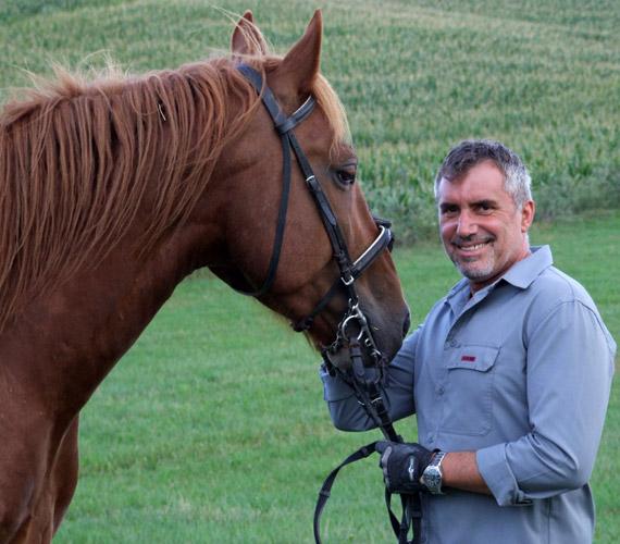 A jó kiállású, sármos színészről talán kevesen tudják, hogy szabadidejében huszárként is ápolja a lovas kultúrát.