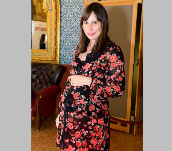 Kecskés Karináról eddig csak a közvetlen környezete tudta, hogy harmadik gyermekével várandós. Babapocakját a Veszettek című film október 20-i díszbemutatóján mutatta meg.