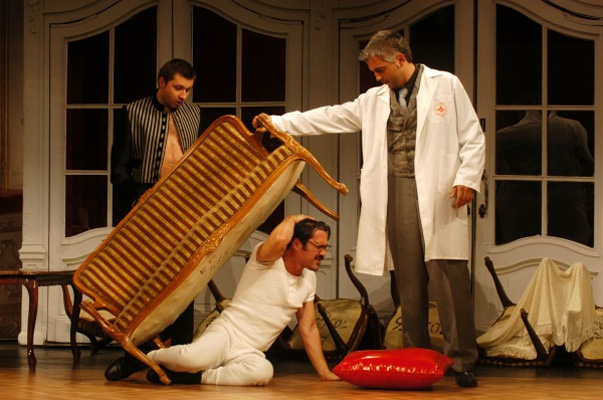 Richárd nem ismeretlen a kollégák számára sem, színpadon például már játszott együtt a sorozatbeli Fehér Richárddal, Mihályfi Balázzsal.