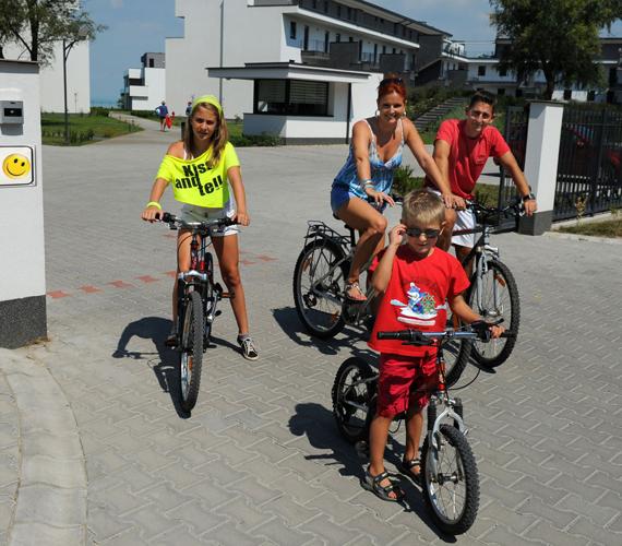 A vízibiciklit felváltotta a kerékpár, de már a gördeszkával is ismerkednek.