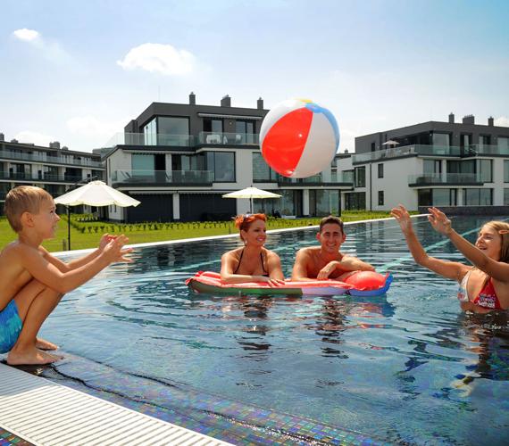 - Viki és Máté jó úszók, már önállóan is eljátszanak, ettől függetlenül mindig frászt kapok, amikor víz alá buknak - mondta el Keleti Andrea.