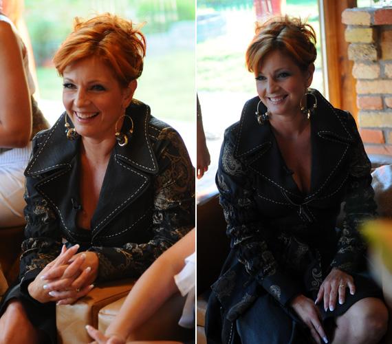 Keleti Andrea egy fekete-arany színű kosztümöt viselt, amihez figyelemfelkeltő, nagyméretű fülbevaló dukált.