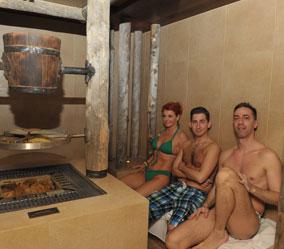A wellnessrészlegen kipróbálták az aromakunyhót, a szaunát és a rőzsés sóbarlangot is.