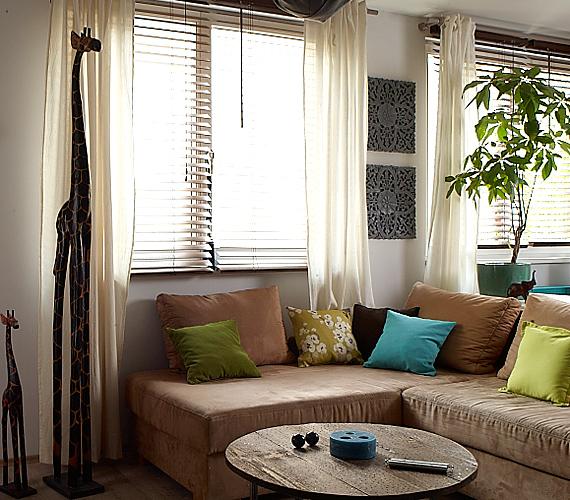 A nappali kicsit szűkös, mégis otthonos, hála a kényelmes kanapénak.