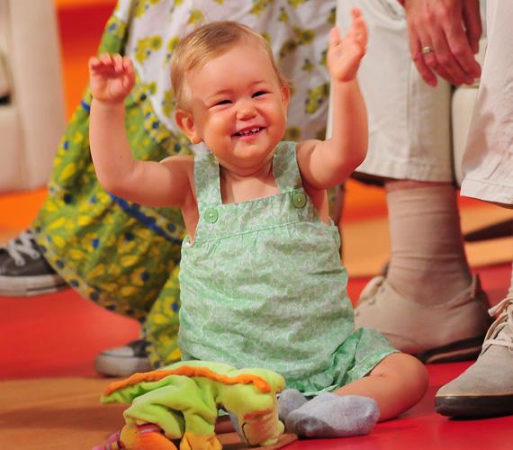 A közkedvelt sztárapuka saját bevallása szerint egész nap el tudná nézni kislányát, ahogy jön-megy, játszik és felfedezi a környezetét.