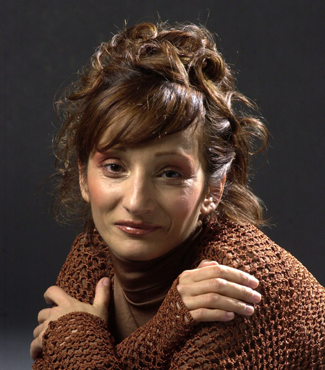 Színésznő lesz  A 90-es évektől kezdve színészkedik is, megfordult már a Madách Színházban és a Ruttkai Éva Színházban is olyan darabokban, mint az István, a király és az 56 csepp vér.
