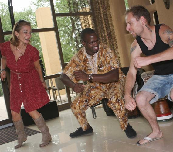 A két jó barát annyira jól érezte magát a felsőtárkányi Bambara Hotelben, hogy rögtön ki is próbáltak szinte mindent, ami Afrika. Boubou-val, a szálloda szenegáli londinerével doboltak djembén, táncoltak törzsi táncot.