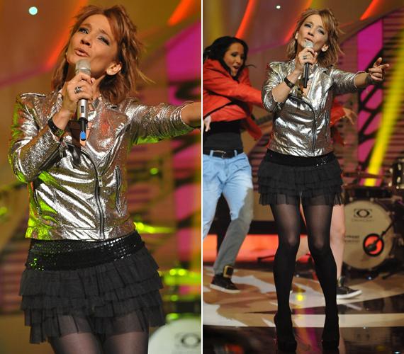 A 48 éves énekesnőnek még mindig irigylésre méltó az alakja, a miniszoknya pedig csak kihangsúlyozta formás lábait.